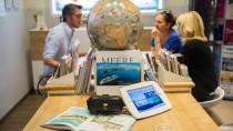 Die Beratung in einem Reisebüro geht mit der digitalen Zeit - auch mit 3D-Brille.