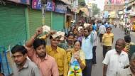 Vor indischen Bankfilialen wie hier in Kalkutta gibt es lange Schlangen.