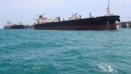 Öltanker transportieren den wichtigen Rohstoff von den Förderinseln zu den Raffinerien