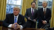 Donald Trump hört auf Peter Navarro (rechts im Bild).