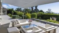 Weiß, lässig, loungig: Großzügige Sonnensegel verleihen der Terrasse Urlaubsflair.