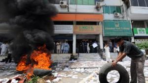 Pakistani protestieren mit Steinwürfen gegen die Baisse