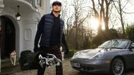 Zum Sportwagen und zur Villa - gewandet mit Mode von Golfino.