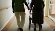 Bundestag berät Verbesserungen in der Pflege