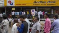 Schlange stehen am Geldautomaten ist in Indien üblich. Derzeit nützt aber vielfach noch nicht einmal das.