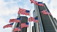 Flaggen wehen vor dem Hauptgebäude des Autoherstellers General Motors in Detroit.