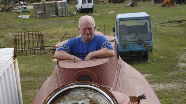 Rentner beim U-Boot-Bau im Garten