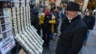Ein Mann schaut in Madrid Lose für die traditionelle spanische Weihnachts-Lotterie an.