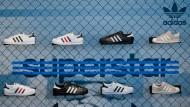 Der fränkische Sportartikelhersteller Adidas hat überraschend seine Prognose für 2016 erhöht und kämft um eine Aufnahme in den Euro Stoxx 50.