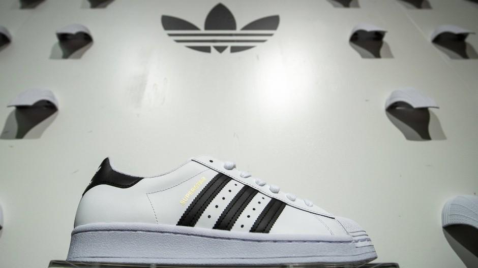 Der Sportartikelhersteller Adidas betreibt ein Aktienrückkaufprogramm im Umfang von bis zu 3 Milliarden Euro