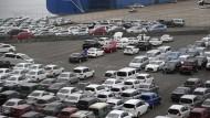 Verladestation von japanischen Autos im Hafen von Yokohama. Das Wirtschaftsklima in Japan hat sich zuletzt starkt eingetrübt.