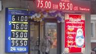 Am Dienstag war ein Euro zeitweise 100 Rubel wert.