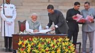 Narendra Modi (M), Premierminister von Indien, bei seiner Vereidigung. Seine zweite fünfjährige Amtszeit hat begonnen, Probleme gibt es zuhauf zu lösen.
