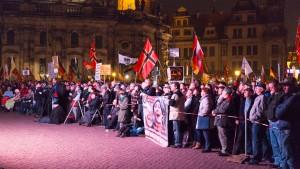 Zehntausende Menschen bei Pegida und Gegenprotesten