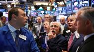 Händler an der New Yorker Börse. Anleger können weiter auf die Hilfe der Notenbanken hoffen.