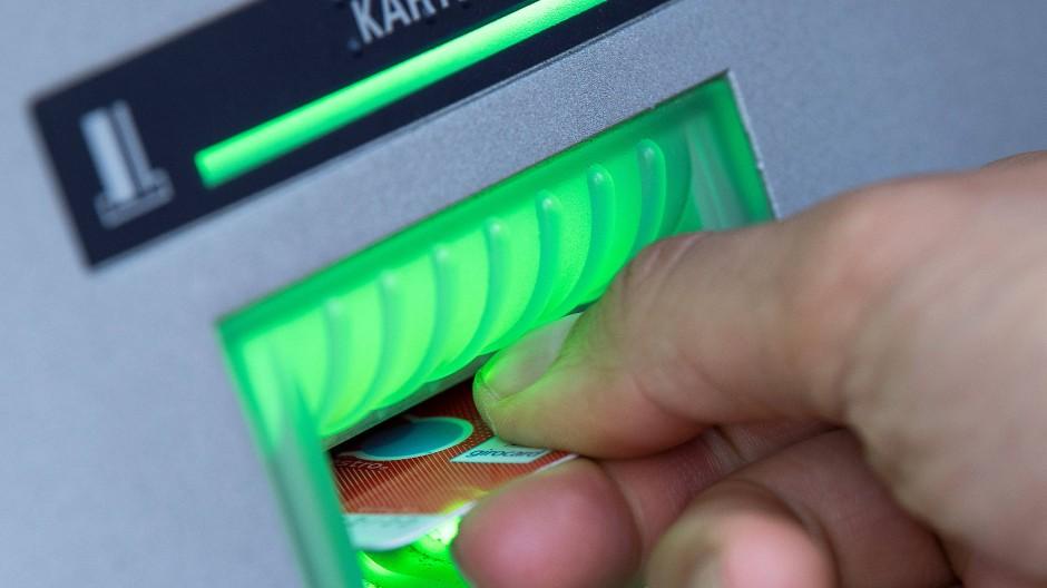 Bargeld lacht: Wenn Geldautomaten den Hauseingang blockieren, finden Mieter das allerdings nicht witzig.