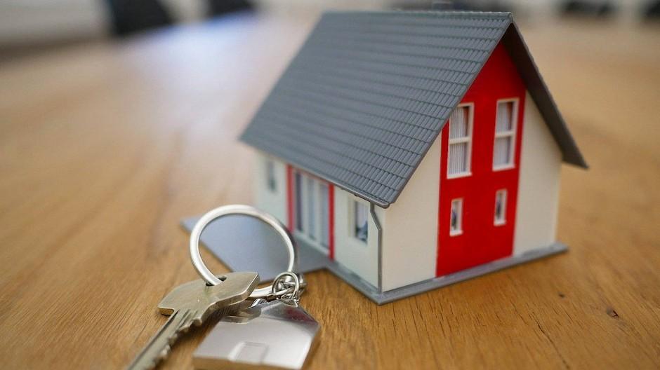 Bei Immobiliengeschenken heißt es: Steuerfragen umfassend prüfen.