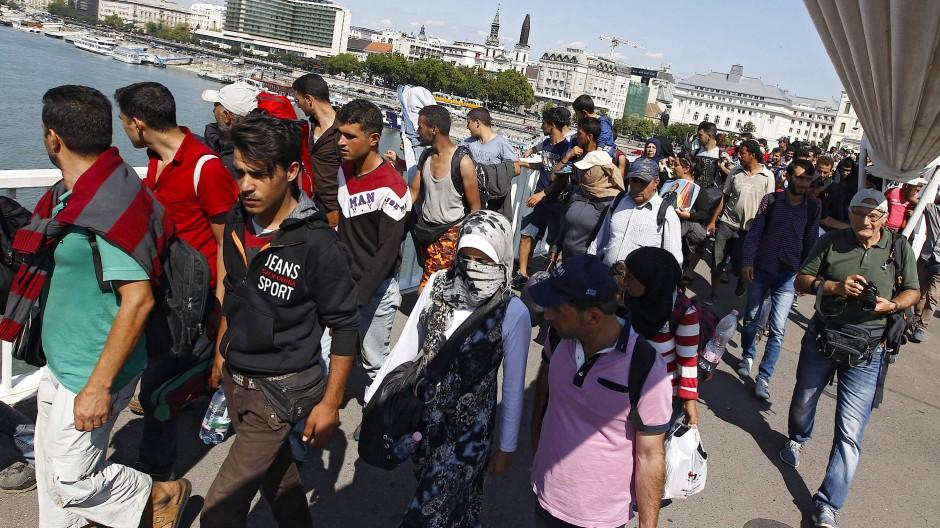 Flüchtlinge über die Erzsebet-Brücke in Budapest (Archivbild)