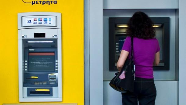 Griechen heben aus Angst ihr Bargeld ab
