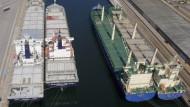In vielen Häfen liegen Containerschiffe nutzlos vor Anker
