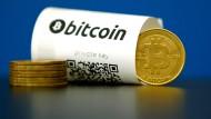 Bitcoins, symbolisch als Münzen dargestellt.