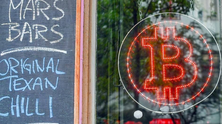 Erst war der Bitcoin Spielwiese für Computer-Experten, dann für Spekulanten. In der Kneipe Room 77 in Kreuzberg kann man mit ihm auch das Bier bezahlen.