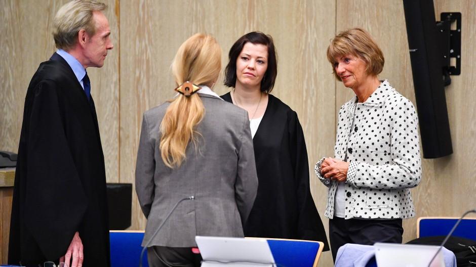 Prozessbeginn in Mannheim: Angeklagt sind die frühere Oberbürgermeisterin von Pforzheim, Christel Augenstein (r, FDP), und die ehemalige Stadtkämmerin Susanne W. (2.v.l.)