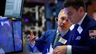 Die Stimmung an den Börsen ist weiter angespannt - so manch Händler hofft auf gute Einzelhandelsumsätze am Freitag.