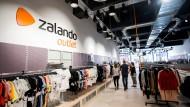 Die Aktie des Online-Versandhändlers Zalando gerät am Montag in Sippenhaft.