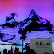 Finma-Chef Mark Branson (l.) bei einem Fernseh-Interview
