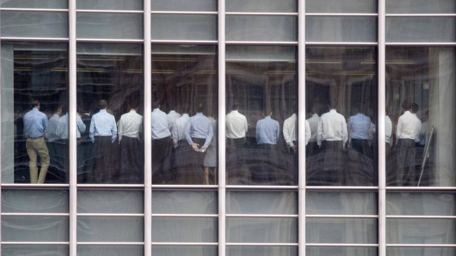 Kollaps einer Bank: Die Angestellten erfahren schlechte Nachrichten.