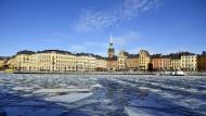 Altstadt von Stockholm: Eine weniger expansive Geldpolitik dürfte die Blasengefahr am Immobilienmarkt mindern.