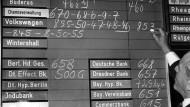 Die erste amtliche Einheitswertnotierung der VW-Aktie an der Börse in Frankfurt am Main war im Jahr 1961. Nun könnte den VW-Aktionären bei der Dividende eine Nullrunde bevorstehen.