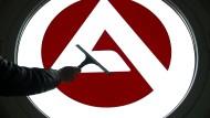 Ein Logo der Bundesagentur für Arbeit wird gereinigt