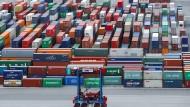 Tausende Schiffscontainer stehen wie hier in Hamburg in den Deutschlands Häfen – einst versprachen sich die Anleger von den Investitionen dort das große Geld.