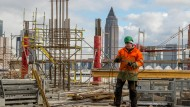 Obwohl wie hier im Frankfurter Europaviertel an vielen Ecken in Deutschland gebaut wird, reicht es noch immer nicht aus, um die steigende Nachfrage zu decken.