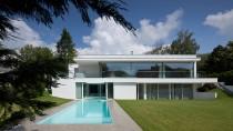 Weiße Villa: Auf dem Sockel aus Beton sitzt ein Holzkörper.