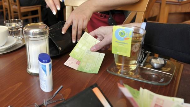 """Christian Gelleri - Der Initiator der Regionalwährung """"Chiemgauer"""", die den Absatz  lokaler Güter fördern soll, stellt sich den Fragen von Julia Lauer."""