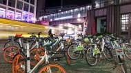 Hier ist für jeden Verkehrsteilnehmer etwas dabei: Leihrad, Straßenbahn, U-Bahn und verschiedene Züge warten an der Berliner Friedrichstraße.