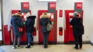 Das neue Abhebeverfahren der Sparkassen soll Kunden beim Geldabheben besser schützen.