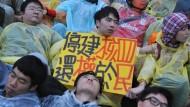 """""""Stoppt das vierte Atomkraftwerk"""" steht auf dem Plakat"""