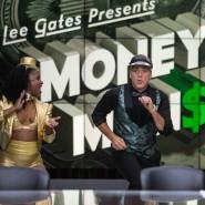 """George Clooney tanzt und singt als Moderator der schrillen Finanzshow """"Money Monster""""."""