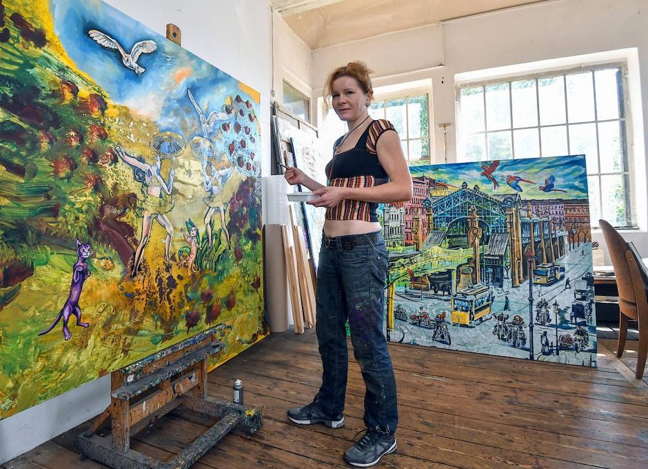 Künstlerin Ariane Boss hat sich im alten Haus am Bahngleis ein Atelier eingerichtet.