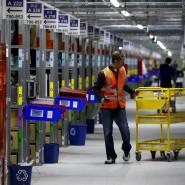 In den Logistikzentren der Online-Versandhäuser herrscht bis kurz vor Heiligabend Hochbetrieb - die Geschenke sollen schließlich pünktlich ankommen.