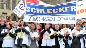 Schlecker-Mitarbeiterinnen demonstrieren