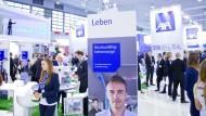 Anzug muss sein: Besucher der Versicherungs-Fachmesse DKM in Dortmund
