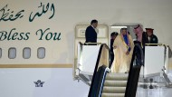 König Salman bei der Ankunft am Tokioter Flughafen. Ganz wichtig: die Rolltreppe.