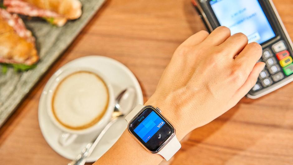 Ob mit Smartwatch oder anderswie - Der Trend zum bargeldlosen Zahlen hält an.