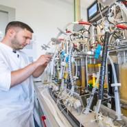 Mitarbeiter im Labor des Biotech-Unternehmens Navigo Proteins in einem Technologiepark in Halle, Sachsen-Anhalt