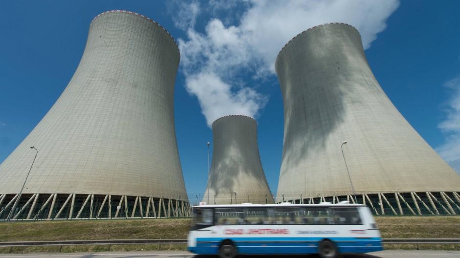 Türme des tschechischen Atomkraftwerks Temelín